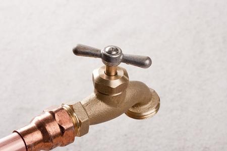 青銅製の蛇口は銅の管の水システムに接続されています。