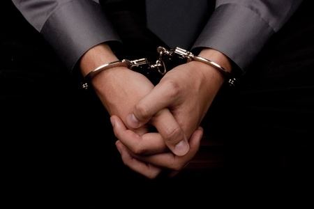 questionnement: Gros plan des mains menott�es, arr�t�s pour interrogatoire.