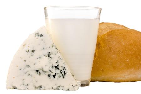 牛乳とデンマークのブルーチーズのスライス。 写真素材