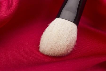 化粧品赤い背景の白のブラシ。 写真素材