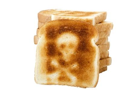 Une grill�es tranche de pain blanc avec un symbole skull and bones isol� sur un fond blanc. Banque d'images