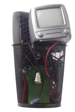 Black recycelte Computer-Hardware in eine schwarze Mülleimer, isoliert auf weiss. Standard-Bild - 9630252