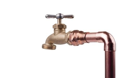 青銅製の蛇口は銅の管の水システムに接続されています。 写真素材 - 9630166