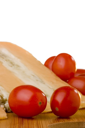 グロスター チーズ青チーズ スライス トマトの木の机の上。