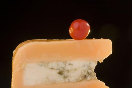 グロスター チーズ トマトと黒の背景に青いチーズ スライス。