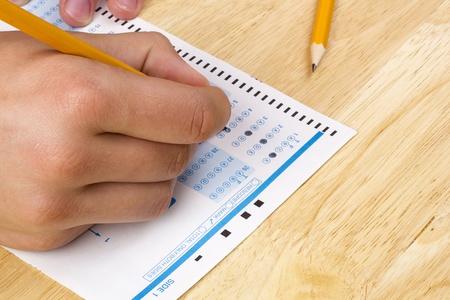 cognicion: Estudiante rellenar las respuestas a una prueba con un l�piz. Foto de archivo