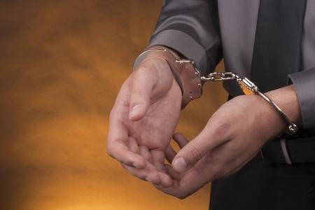 manacles: Detenci?Close-up dispar?las manos del hombre con las esposas.