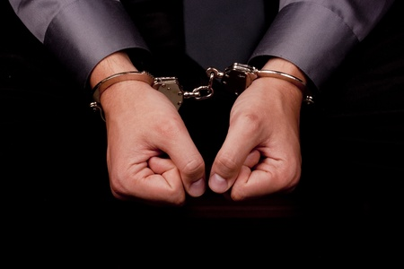 questionnement: Gros plan sur les mains menott�es, arr�t� pour interrogatoire. Banque d'images