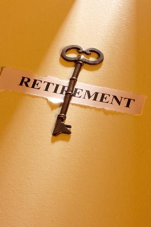 prendre sa retraite: Une cl� pose sur un morceau de papier avec le mot