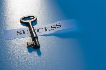 """Una chiave che su un pezzo di carta con la parola """"successo"""" su di esso. Archivio Fotografico - 10487949"""
