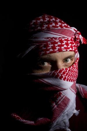 Close-up foto van een man in een rode keffiyeh.