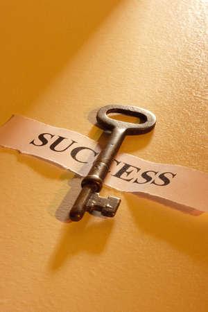 """Una chiave che su un pezzo di carta con la parola """"successo"""" su di esso. Archivio Fotografico - 12538868"""