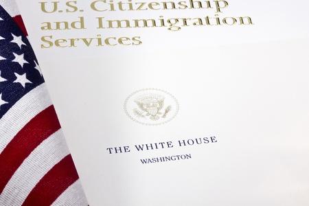 ホワイトハウスのシール紙の下米国国土安全保障省のロゴの写真。 報道画像