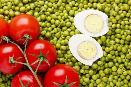 Justo encima de la fotograf�a de tomates rojos y guisantes verdes. Foto de archivo - 13000089