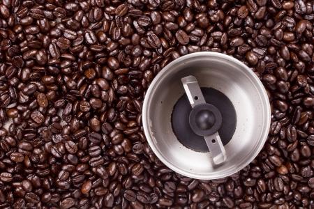 grind: Los granos de caf� y molerlos una herramienta. Molinillo de caf�. Foto de archivo