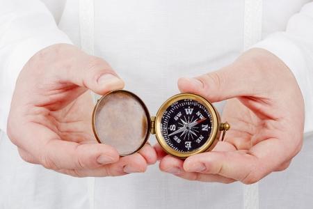 Close-up Foto von einer Hand, die einen alten Kompass. Standard-Bild - 15352060