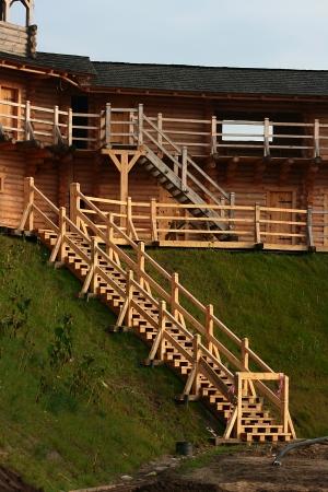 Fortificaciones de madera en la antigua Rusia. Las paredes de la fortaleza. Foto de archivo - 24024476