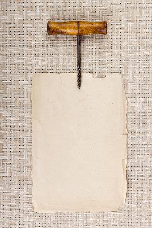 Oude kurketrekker op pagina perkament plaatsen informatie.