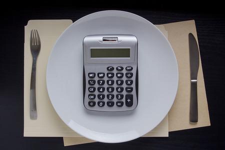 calculadora: C�lculo de la dieta en una calculadora. Placa con una calculadora.