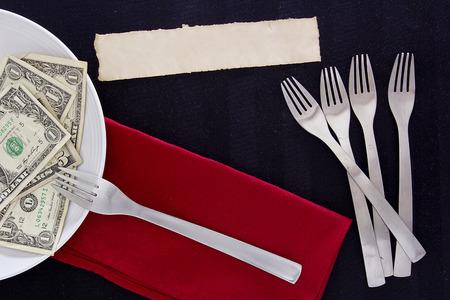 favoritos: Creativo con favoritos con tenedor cubiertos y dinero.