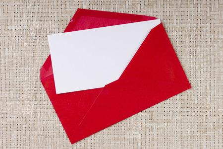Brief in een rode envelop voor uitnodigingen om te bezoeken.