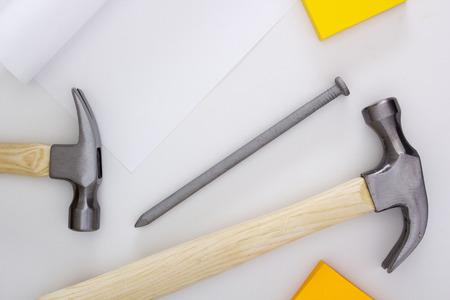 long nail: Set martello idraulico con un lungo chiodo.