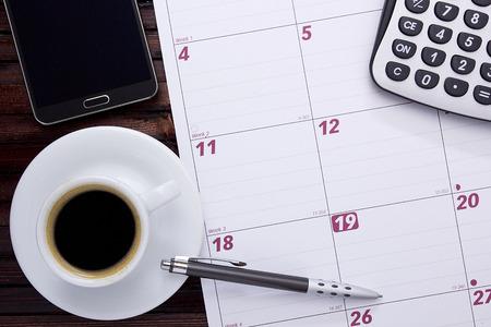 Een kopje koffie op het bureau kalender.