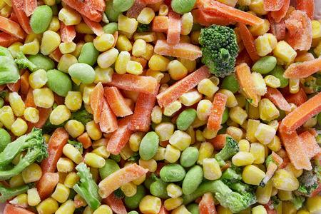 alimentos congelados: Las verduras congeladas. Mezcla de vegetales congelados de zanahorias, ma�z y guisantes. Foto de archivo