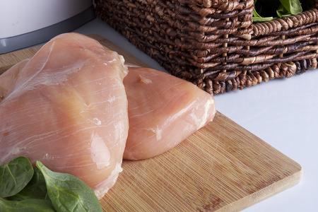 Pechuga de pollo en una cocina tabla de cortar. Los alimentos orgánicos. Foto de archivo - 39307227