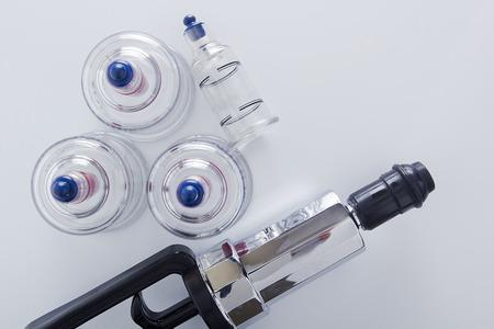 Medizinische Reihe von Gläsern und Kolbenvakuummassage.