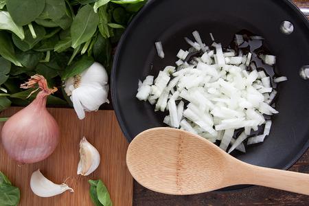 Snijd de ui in een koekenpan voor het bakken.