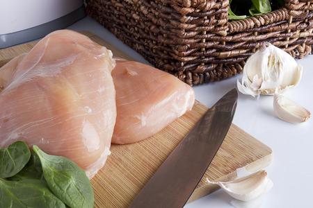 Pechuga de pollo en una cocina de la tabla de cortar. Alimentos orgánicos. Foto de archivo - 41826791