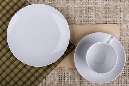 컵과 접시와 접시로 이루어진 조리기구 세트.