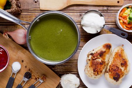 sopa de pollo: Sopa de puré de espinacas en la cacerola el caldo de pollo.