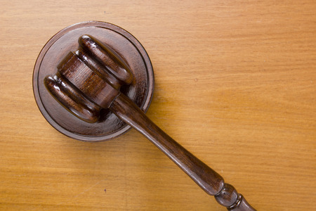 Hamer gebruikt in de rechtbank op een houten tafelblad.