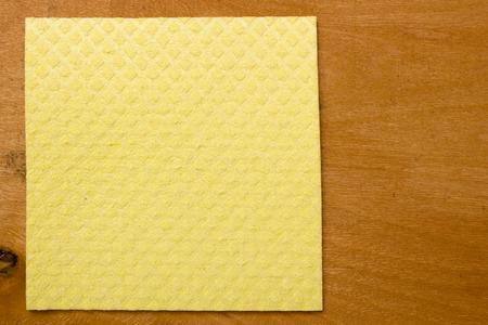 tela blanca: Limpieza del hogar se limpia en la superficie de madera de la mesa.
