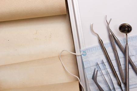 ツールについては羊皮紙と歯医者のセット。 写真素材 - 44319538