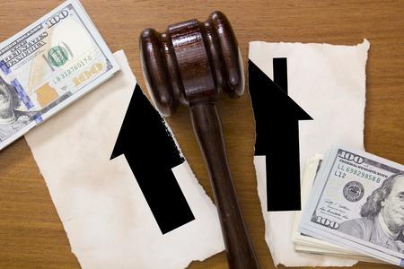 divorce: Símbolo casa rota por la mitad en divorcio un martillo legal en el medio.