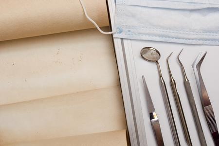 dentista: Un conjunto de herramientas de dentista con el pergamino de información.