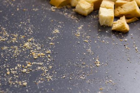 Miettes de pain sur une plaque à pâtisserie, des craquelins rôties. Banque d'images - 49850793