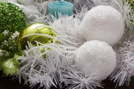flocon de neige: Boules de No�l pour la nouvelle ann�e blanc et vert