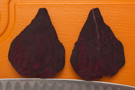 rote: Two segments of the food beet for cooking various recipes.