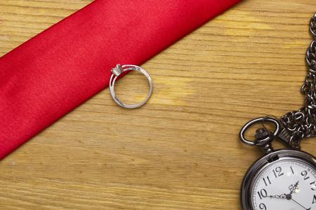 Tijd om een bod voor het huwelijk te maken. Trouwring en zakhorloges.