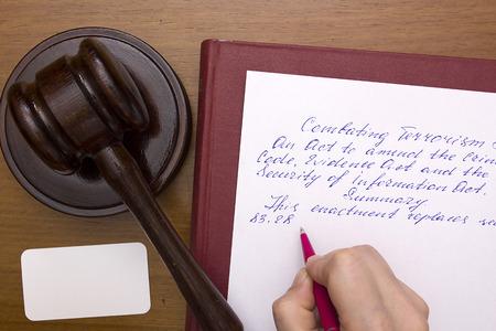 Juridische praktijk met betrekking tot terrorisme, het opstellen van juridische documenten.