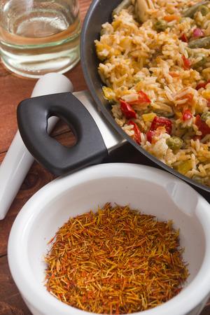 Inflorescence of saffron in a ceramic mortar and paella. Standard-Bild