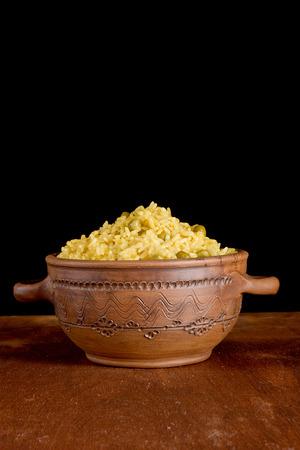 plato del buen comer: Boiled rice with green peas in pottery Foto de archivo