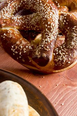木製テーブルの上のビールの典型的なドイツのプレッツェル 写真素材