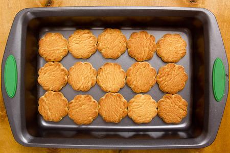 티라미수를 요리하는 베이킹 시트에 쿠키
