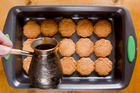 Koekjes op een bakplaat om tiramisu koken