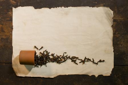 Kruidenspit is verspreid op een vel oud papier